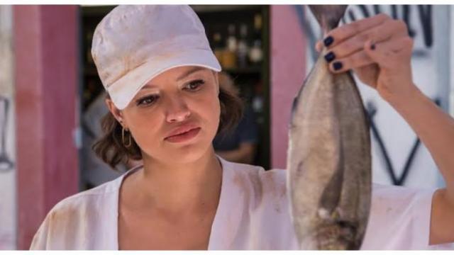 Josiane terá que vender peixe na feira em A Dona do Pedaço