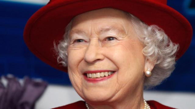 La Regina Elisabetta non si opera al ginocchio: molti dicono per il suo 'caratterino'