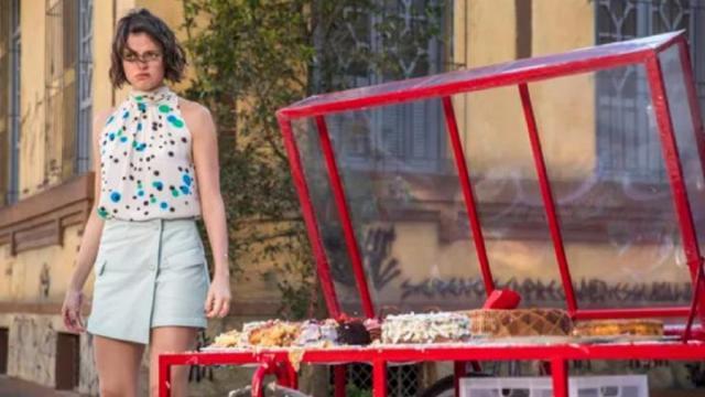 'A Dona do Pedaço': Josiane se irrita após ser chamada de boleira,revida bolo nos clientes