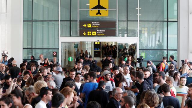 Miles de personas ocupan el aeropuerto de Barcelona tras la sentencia del 'procés'