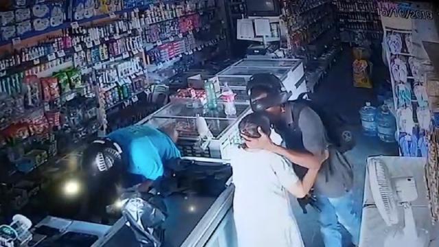 Filmagens mostram assaltante beijando testa de idosa após recusar seu dinheiro