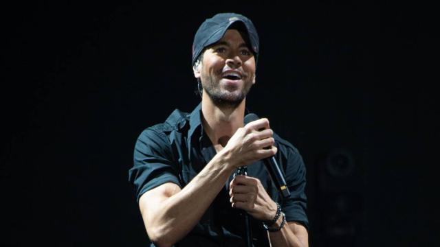 El cantante Enrique Iglesias se divierte jugando con sus hijos Nicholas y Lucy