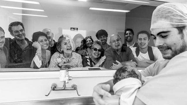 Rafael Vitti aparece em foto carregando a filha recém-nascida