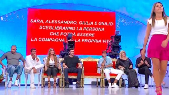 'Uomini e Donne' Alessandro si autoelimina, Giulia in lacrime