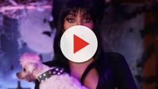 Anitta presta homenagem Elvira no Halloween com fantasia bem ousada