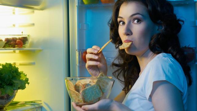 Cenar con pan, pasta y algunos vegetales no es bueno, según la especialista Arranz