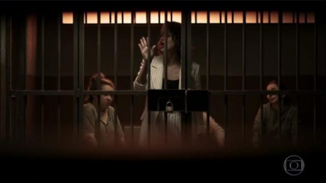 'A Dona do Pedaço': Josiane é obrigada a limpar as celas da cadeia