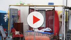Mulher faz uma casa em ponto de ônibus no Rio de Janeiro