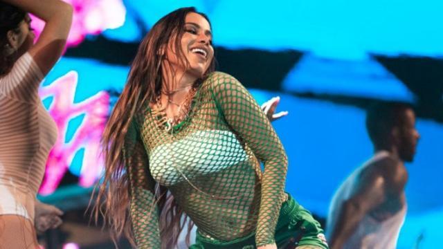 Anitta conta que não aguenta mais cantar 'Bang' e 'Show das Poderosas'