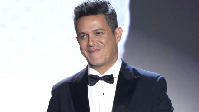 Alejandro Sanz besa a Rachel Valdés en los Grammys Latinos