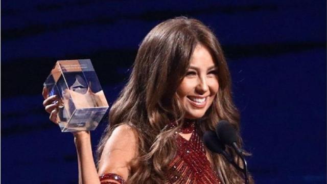 Thalia causa na web após aparecer com perfume transparente em premiação