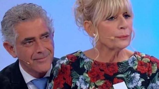 'Uomini e Donne' Gemma consegna una scopa a Tina Cipollari