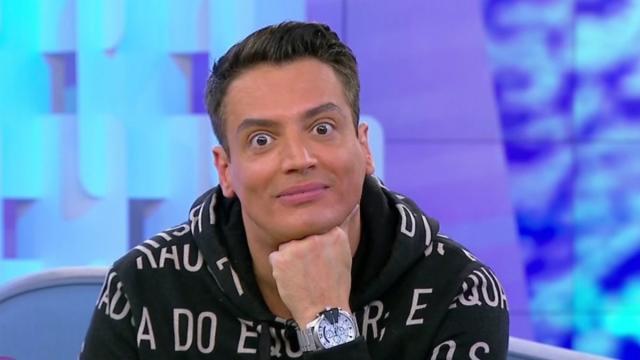 Após reclamar do microfone, Leo Dias é suspenso do 'Fofocalizando'