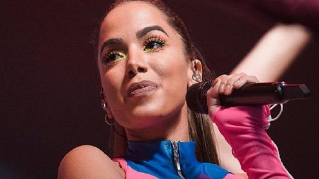 Anitta ri ao cantar Caneta Azul, e radialista critica: suas músicas não são muito melhores