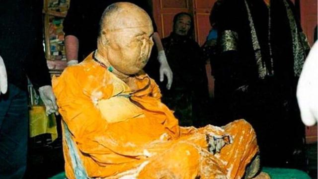 Corpo de monge budista morto em 1927 permanece em postura meditativa