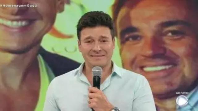 Rodrigo Faro é flagrado questionando sobre audiência durante homenagens a Gugu