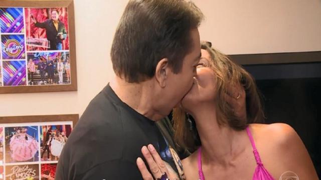 Fausto Silva beija sua mulher durante o programa 'Domingão do Faustão'