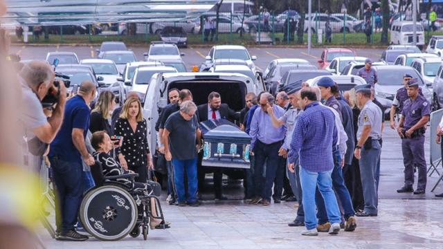 Mãe de Gugu Liberato aparece ao velório do filho em cadeira de rodas
