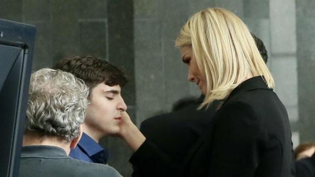 Ana Hickmann consola filho de Gugu em velório: 'um machucado que fica na alma'