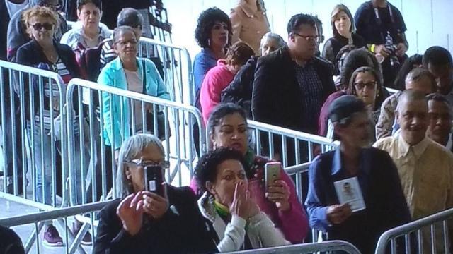 Em velório do apresentador Gugu Liberato, público tira selfie
