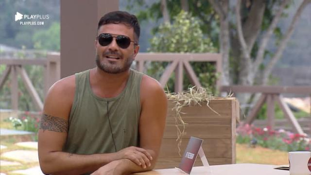 Rodrigo Phavaenello sai de festa e chora