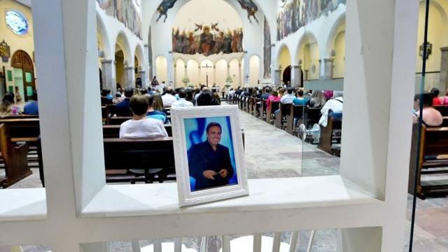 Mãe de Gugu Libertado é amparada em missa de sétimo dia do apresentador