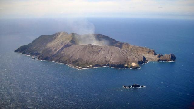 La erupción de un volcán en Nueva Zelanda causa la muerte de 5 personas