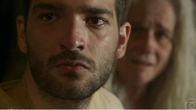 'Amor de Mãe': Sandro faz parto de Vitória em engarrafamento e cria vínculo com ela