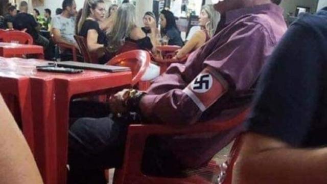 Homem é flagrado usando uma suástica nazista em um bar de Minas Gerais