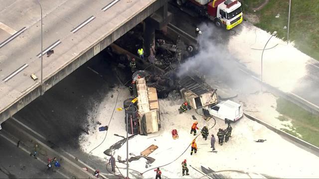 Caminhão cai de viaduto do Rodoanel, atinge três carros e explode