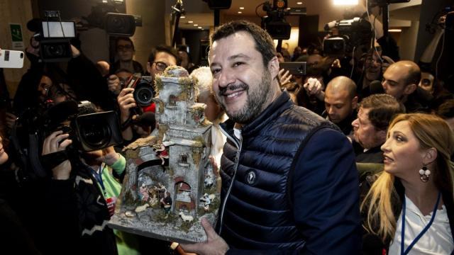 Vauro Senesi ironizza su Salvini con l'ennesima vignetta a carattere religioso