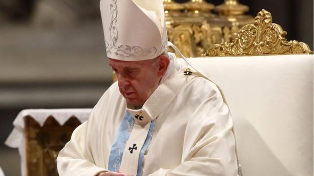 Papa pede desculpas por ter dado tapa na mão de fiel que o puxou no Vaticano