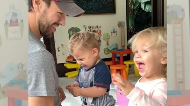 En un vídeo con sus hijos, Enrique Iglesias y su mujer felicitan el año a sus fans