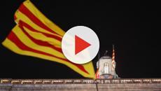 Unos activistas retiran la bandera del Palau de la Generalitat