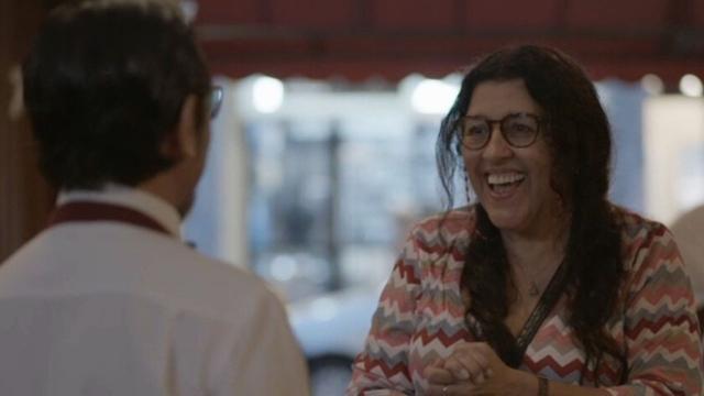 'Amor de Mãe': Lurdes beija Oliveira e inicia namoro com o garçom