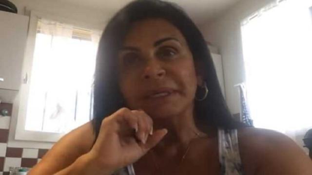 Gretchen fica pistola com Carlos Bolsonaro e promete processar político