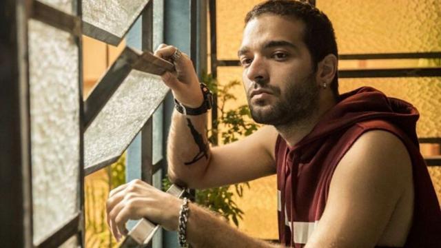 'Amor de Mãe', resumo desta terça (14): Sandro reconhece irmão depois da invasão a jantar