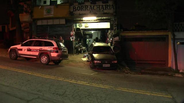 Carro desgovernado invade borracharia e mata menino de quatro anos