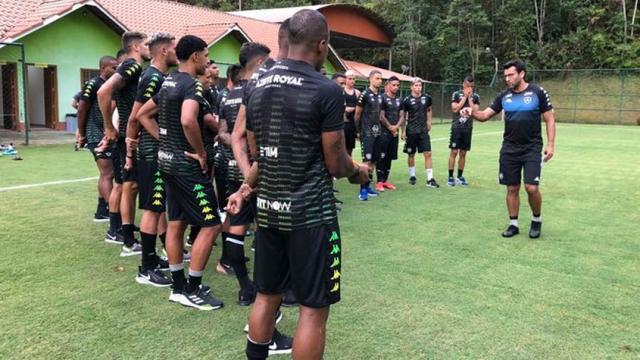 Alberto Valentim testa novas variações táticas no Botafogo
