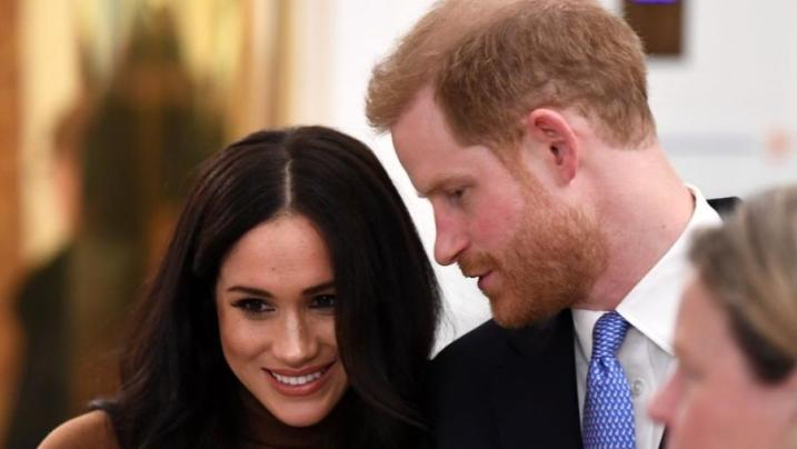 Harry e Meghan Markle renunciam aos títulos e financiamento público