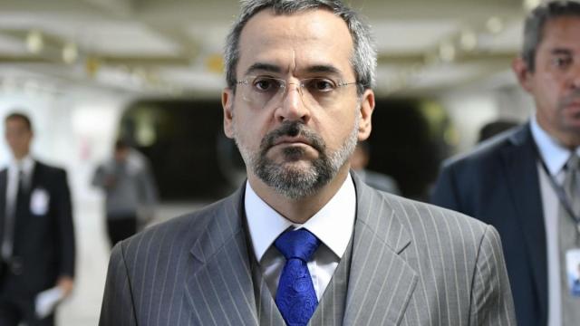 Colunista critica maneira em que ministro da Educação lidou com os erros do Enem