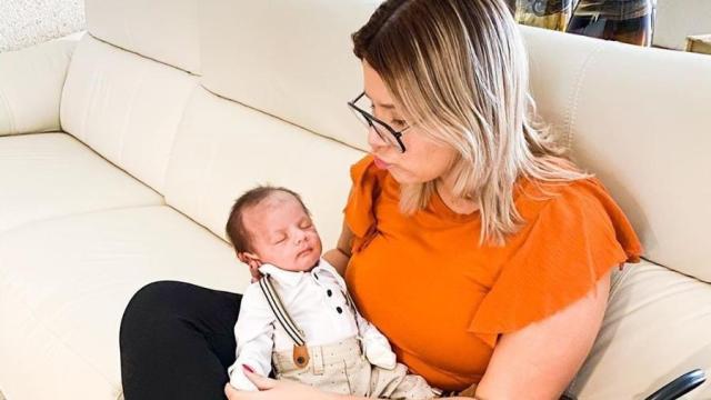 Marília Mendonça revela o filho Léo vestido para tirar passaporte e encanta os seguidores