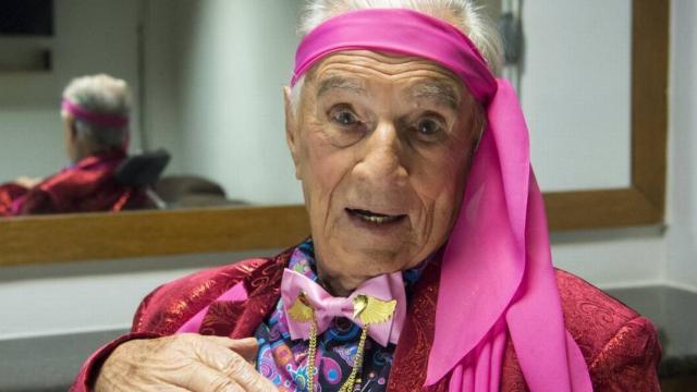 Orlando Drummond, Seu Peru, aos 100 anos, surge em cadeira de rodas para lançar biografia