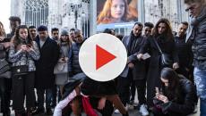 Achille Lauro a sorpresa artista di strada a Milano in piazza Duomo