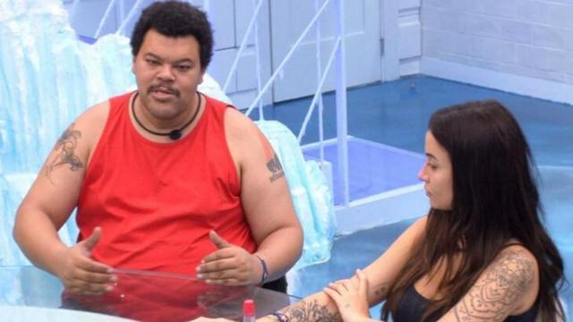 'BBB20': Babu fica chateado com falta de educação de Mari Gonzalez durante almoço