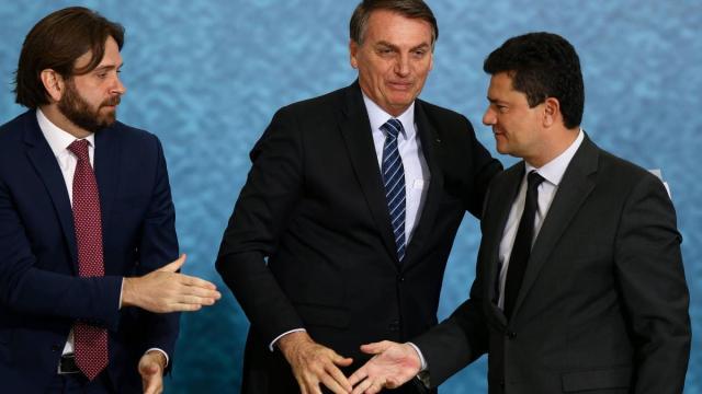 Irritado com secretário, Bolsonaro avalia rever uso de aviões da FAB
