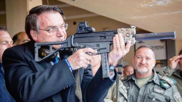 Bolsonaro coloca importância em liberação da armas em seu governo