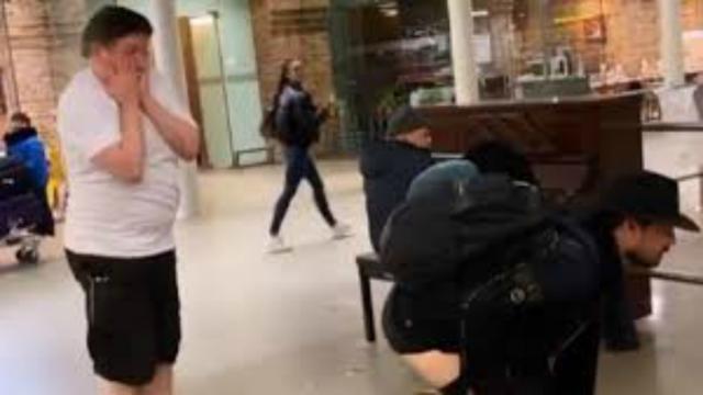 Fernando Zor ' mostra a bunda' em estação de metro em Londres