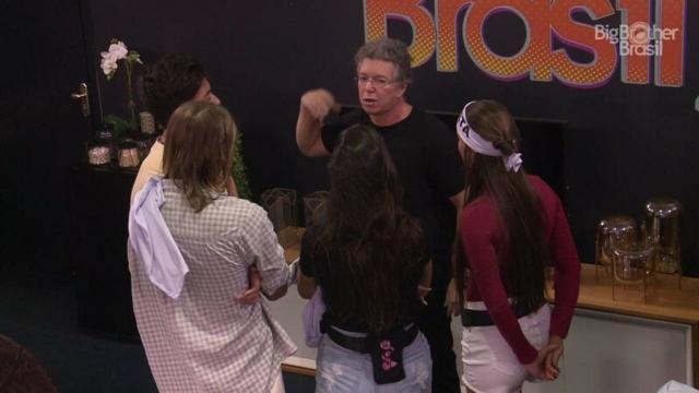 'BBB20': Boninho entra no confinamento da Casa de Vidro e instrui integrantes