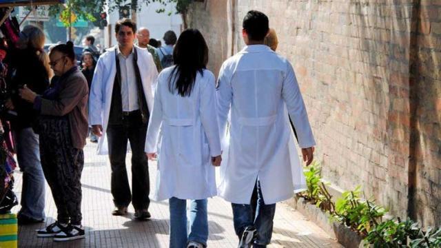 Lei que proíbe o uso de jalecos fora do hospital pode gerar multas de R$ 174,00